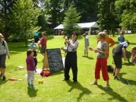 Výuka žonglování v zahradě