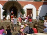 Vystoupení účastníků žonglérské dílny z řad návštěvníků na závěr festivalu